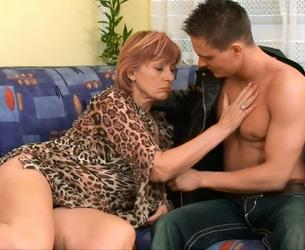 Mature mom and young guy - Matureshare.com 1080p
